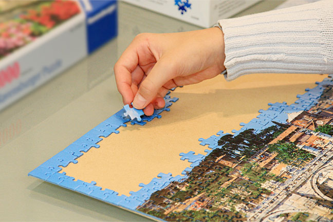 Rückwand des Bilderrahmens dient als Unterlage zum puzzeln