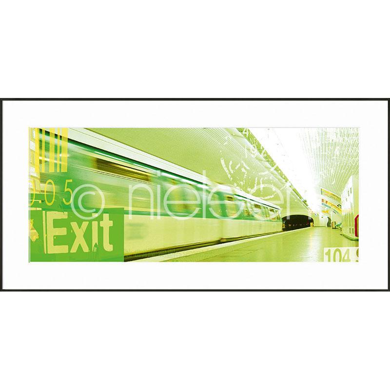 "Gerahmte Kunst ""Metro Station Exit"" mit Alurahmen C2"
