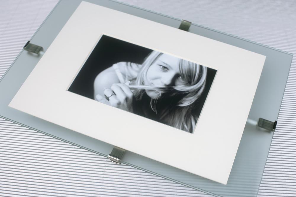 Mira Doppelglas-Bildhalter 20x30 (1 Kreuz) | AllesRahmen.de